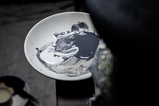 The Penny Vase process: Glaze being mixed   Martyn Thompson   1882 Ltd.